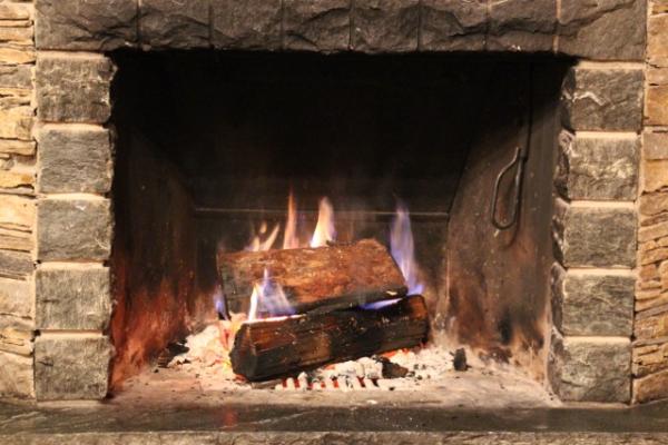 soire-au-coin-du-feu-en-hiver
